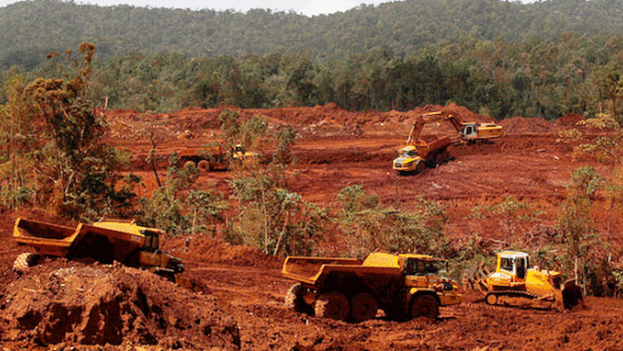 Equipos pesados extraen níquel y cobalto en Moa, Holguín. (EFE)
