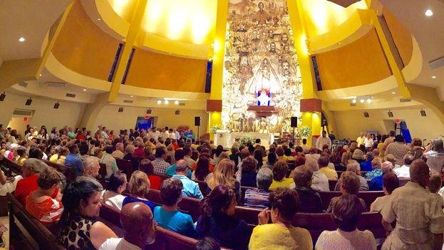 La Ermita de la Caridad en Miami estaba repleta anoche para la vigilia de la Patrona de Cuba. Muchos viajaron desde lejos para estar presentes