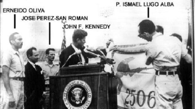 Erneido Oliva entrega en Miami al entonces presidente estadounidense John F. Kennedy la bandera de la Brigada de Asalto 2506. (Archivo)