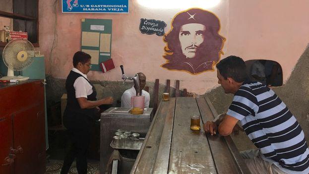 Una imagen de Ernesto 'Che' Guevara preside una barra de cerveza en La Habana. (14ymedio)