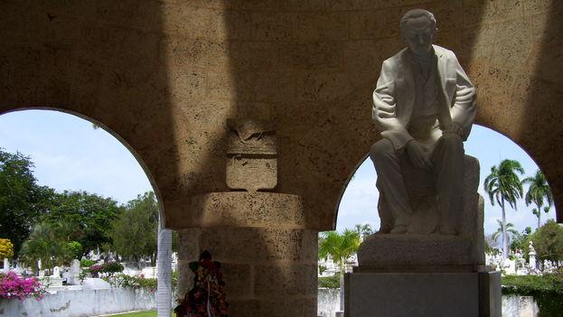 Escultura de José Martí en el mausoleo del cementerio de Santa Ifigenia en Santiago de Cuba, donde reposan sus restos. (Marie, Flickr)