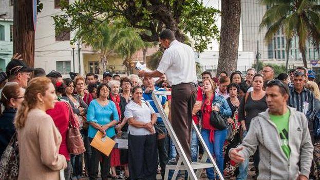 Espera ante la Sección de Intereses de Estados Unidos en La Habana para conseguir el visado. (AFP / Yamil Lage)