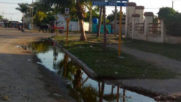 Esquina de las calles Dorticós y Arango, donde recientemente se instalaron grandes tuberías pero los salideros de agua persisten. (14ymedio)