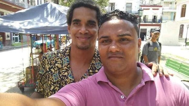 El comunicador y activista Esteban Rodríguez, junto al artista Luis Manuel Otero Alcántara. (Facebook)