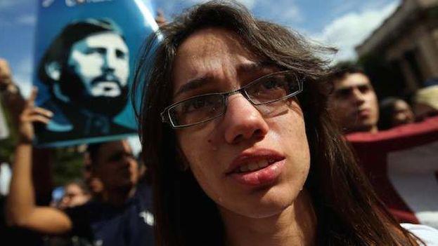 Estudiantes universitarios cubanos marchan tras la muerte de Fidel Castro en La Habana. (EFE)