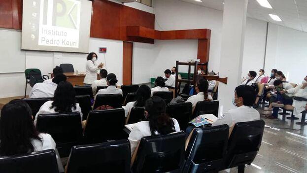 Estudiantes mexicanos de especialidad en el Instituto Pedro Kourí de La Habana. (Facebook)