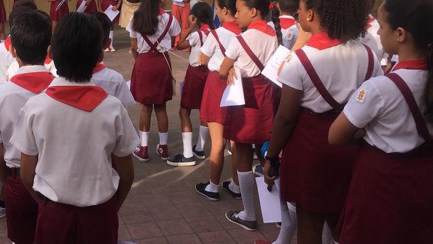 Estudiantes de una escuela primaria en La Habana despiden el curso 2016-2017. (14ymedio)