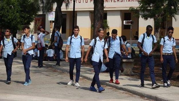 Estudiantes de la enseñanza media superior en La Habana (14ymedio)