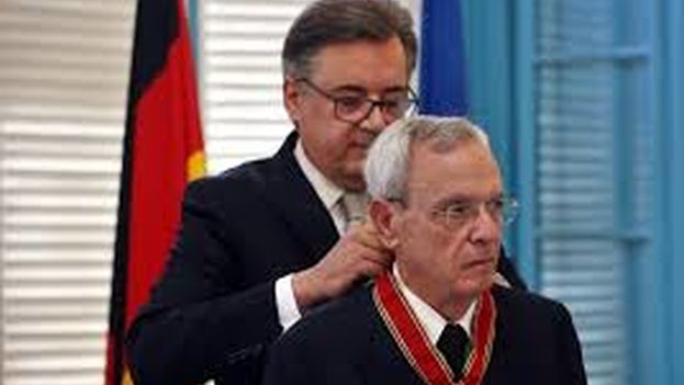 Eusebio Leal, fue condecorado este viernes en La Habana con la Gran Cruz Federal al Mérito que entrega Alemania en la categoría de Comendador. (EFE)