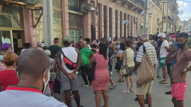 Cola este miércoles para comprar cigarros frente al mercado El Exquisito de Fornos, en Neptuno y Marqués González, en Centro Habana. (14ymedio)