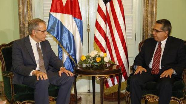 El ministro interino de Exteriores cubano, Marcelino Medina (a la izquierda), con Jeffrey DeLaurentis, jefe de la Sección de Intereses de EE UU, el pasado julio en La Habana. (Minrex)