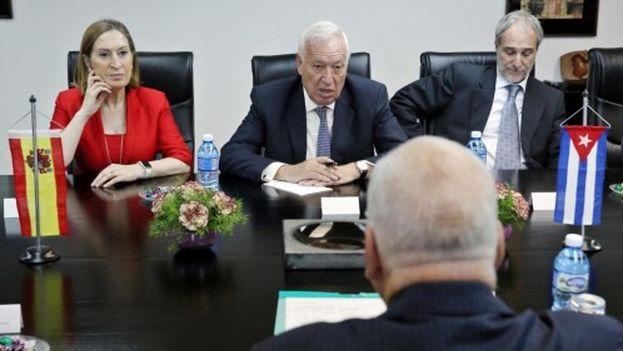 Los ministros en funciones de Fomento y Exteriores, respectivamente, Ana Pastor y José Manuel García-Margallo, junto al embajador español en La Habana, Juan Francisco Montalbán, en su reunión con el vicepresidente Ricardo Cabrisas. (EFE)