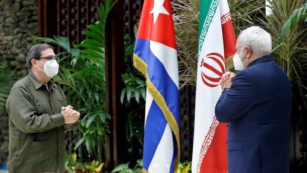 Los ministros de Exteriores de Cuba, Bruno Rodríguez Parrilla (i) e Irán, Mahammad Javad Zarif (d), reafirmaron sus lazos bilaterales, este viernes en La Habana. (EFE/ Ernesto Mastrascusa)