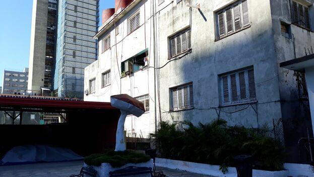 Fachada del edificio sin carteles. (14ymedio)