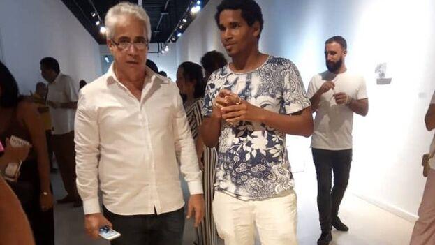 Jorge Fernández Torres, director del Museo Nacional de Bellas Artes de Cuba, junto al artista Luis Manuel Otero Alcántara. (Facebook/Katherine Bisquet)