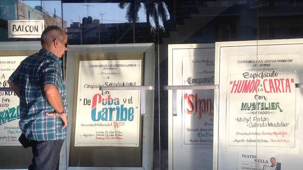 Un hombre lee la programación del Festival Aquelarre 2015 a las afueras del Teatro Mella (Luz Escobar/14ymedio)