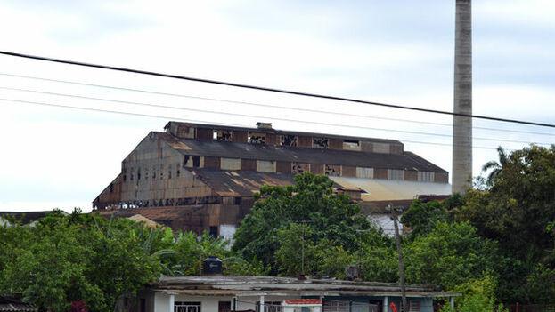 a inicio de este siglo y bajo el mandato de Fidel Castro se comenzó un proceso de desmantelamiento de decenas de centrales, con el el argumento de que la caída de los precios del producto en el mercado internacional hacían insostenible la industria. (Michael Anranter)