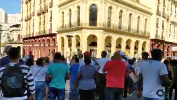"""Al grito de """"¡Esta calle es de Fidel!"""" y """"¡Qué se vayan!"""", una muchedumbre la emprende contra varios activistas. (Captura)"""