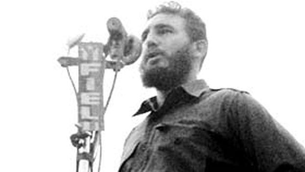 Fidel proclamando el carácter socialista de la Revolución el 16 de abril de 1961 (Humberto Michelena)