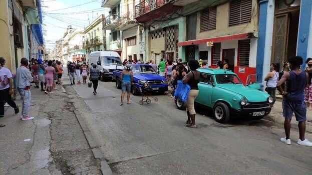 Fila ante otro comercio en Centro Habana que puso a la venta detergente en polvo. (14ymedio)