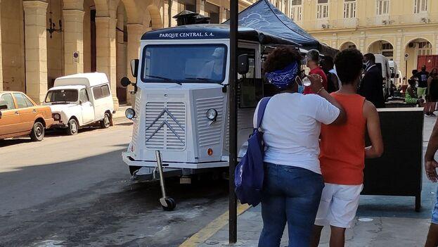 'Food truck' a un costado del hotel Iberostar Paseo del Prado, en La Habana. (14ymedio)