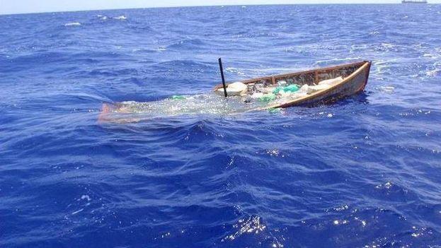 Fotografía cedida por la Guardia Costera estadounidense donde se observa una embarcación rústica de 25 pies donde viajaban 19 cubanos, interceptada aproximadamente a 20 millas al norte de Cuba. (EFE)