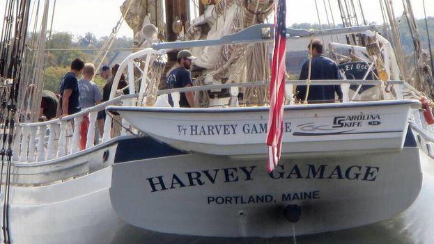 Quince personas, entre las cuales se encuentran cinco estudiantes universitarios, conforman la pequeña tripulación de la goleta Harvey Gamage. (EFE)