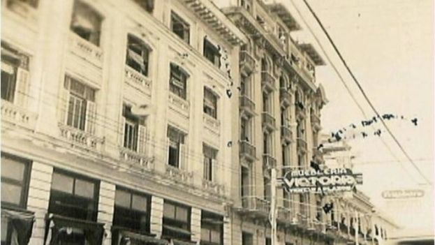 Fotografía perteneciente al periodo republicano de la calle San Carlos, donde se erige el hotel homónimo en Cienfuegos. (CC)