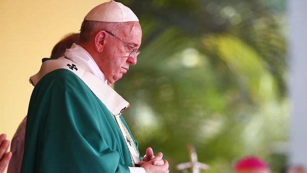 El papa Francisco oficia misa en la Plaza de la Revolución de La Habana (Foto EFE/Tony Gentile/POOL)
