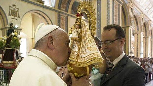 El Papa Francisco recibe a imagen de la Virgen de la Caridad que será llevada a la Ermita de Miami