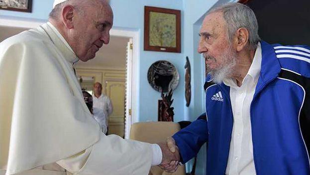 El papa Francisco durante su encuentro con el ex presidente cubano Fidel Castro
