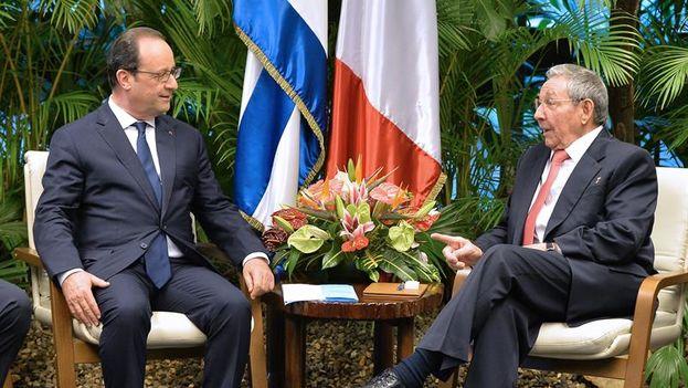 François Hollande y Raúl Castro, en su reunión de hoy en el Palacio de la Revolución. (EFE)