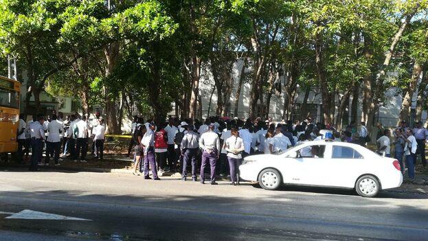 Frente a la casona de la Quinta Avenida, entre 10 y 12 se ha reunido esta mañana un amplio grupo de congoleños que estudian Medicina en Cuba.(14ymedio)