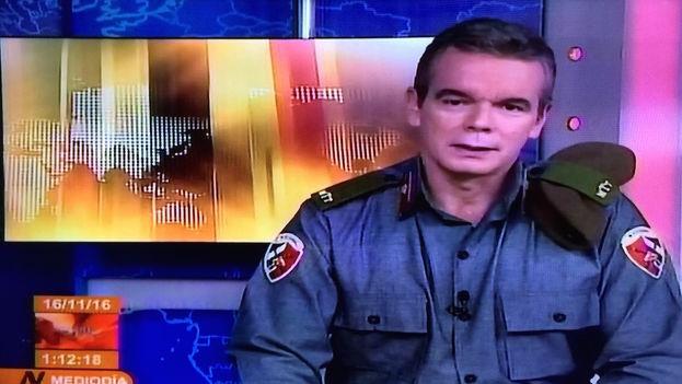 Froilán Arencibia, como el resto de locutores de la televisión cubana utilizaron uniformes de la milicia para la ocasión. (14ymedio)