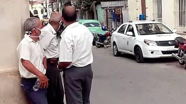 Fuentes cercanas a Otero Alcántara precisan que ya el cerco no es solamente en la esquina y que los agentes de la Seguridad del Estado estaban en la misma puerta de su casa. (Facebook)