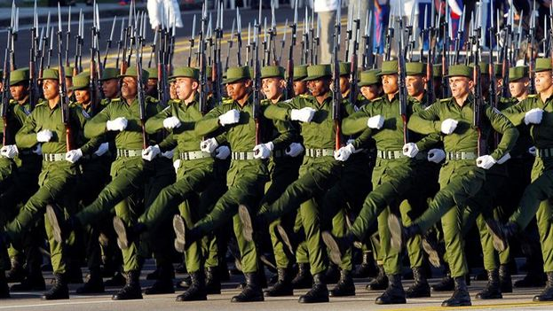 Miles de uniformados desfilaron en marcha sincronizada en este 60 aniversario de la creación de las Fuerzas Armadas Revolucionarias. (EFE/Ernesto Mastrascusa)