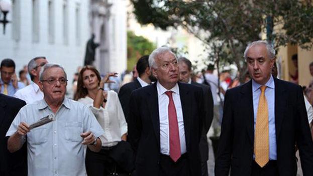 José Manuel García-Margallo escucha los comentarios de Eusebio Leal, historiador de La Habana, durante su paseo por la capital cubana. (EFE/Ministerio de Asuntos Exteriores)