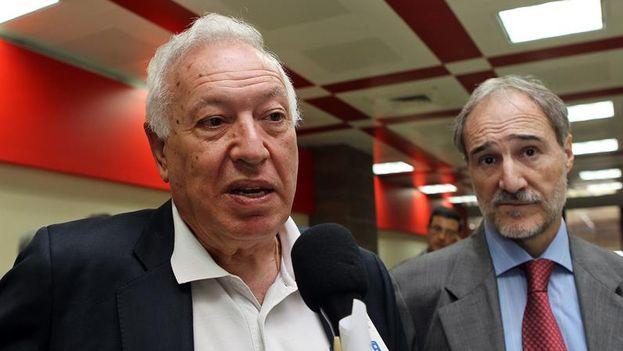 El canciller José Manuel García-Margallo, junto al embajador de España en La Habana Juan Francisco Montalbán Carrasco (EFE)