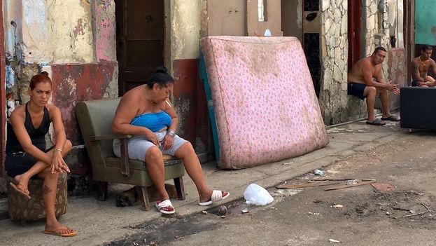 Gente fuera de sus casas en La Habana tras el paso del huracán Irma. (14ymedio)