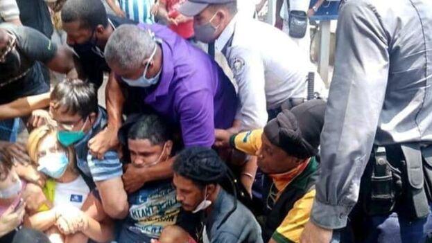 Entre los actos represivos del Gobierno se documentaron 206 detenciones arbitrarias, incluyendo 13 con uso grave de violencia. (Captura)