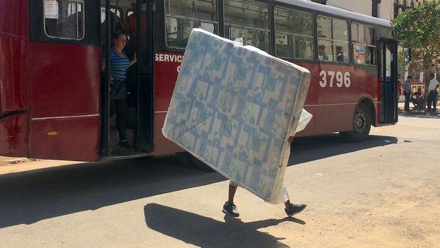 El Gobierno ha habilitado ómnibus que salen desde algunos puntos de la zona para llevar a los damnificados hasta El Castillito y posteriormente los acercan a sus hogares con los módulos comprados. (14ymedio)