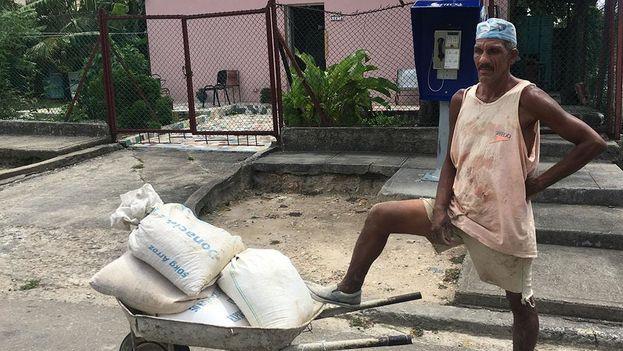 El Gobierno ha volcado la venta de cemento hacia los rastros en moneda nacional, pero el desabastecimiento lastra a quienes reparan o edifican una vivienda. (14ymedio)