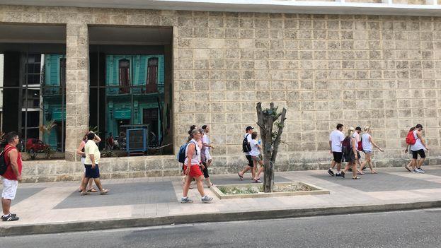 el Gobierno mantiene su apuesta de acoger a 5 millones de visitantes en 2018, según repitió el director comercial del Ministerio del Turismo. (14ymedio)