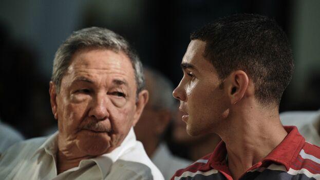 González aún aparece en eventos oficiales y se codea con los sucesores de Castro. En esta imagen de archivo se le puede ver con el exgobernante Raúl Castro. (Archivo)