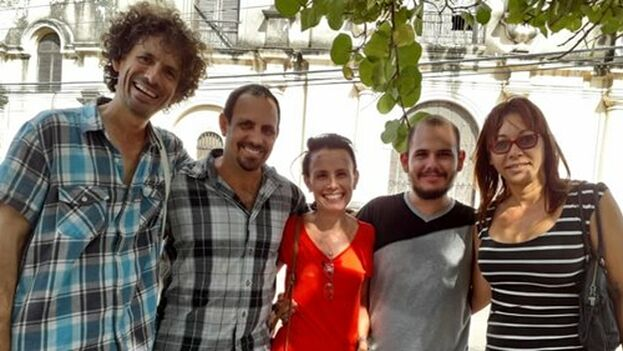 Boris González, Iliana Hernádez tras su liberación junto a Oscar Casanella, Omara Ruiz Urquiola y Adonis Milán.