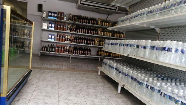 Las tiendas en pesos en Guanabo, Habana del Este, están actualmente sin ninguna oferta que no sean botellas de agua o ron nacional. (14ymedio)