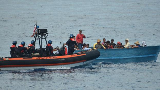 Guardacostas del barco Cutter Kathleen Moore interceptando a un grupo de balseros cubanos al sur de Cayo Hueso el 6 de septiembre de 2015 (DVIDS/ Petty Officer 3rd Class Mark Barney)