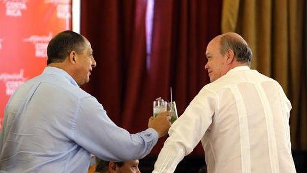 El presidente de Costa Rica, Luis Guillermo Solís, con el ministro cubano de Comercio Exterior, Rodrigo Malmierca, este lunes en La Habana. (EFE)