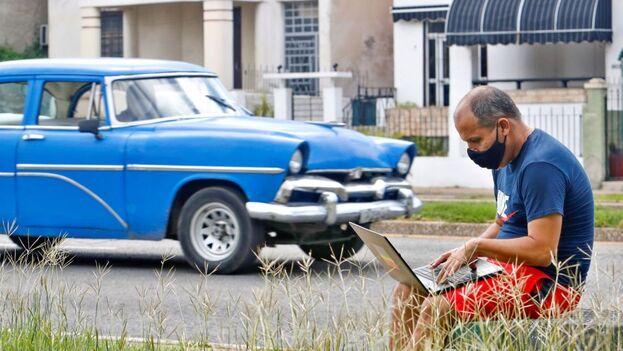 Un hombre usa su ordenador portátil en un parque, el 23 de septiembre de 2020, en La Habana (Cuba). (EFE/ Yander Zamora)