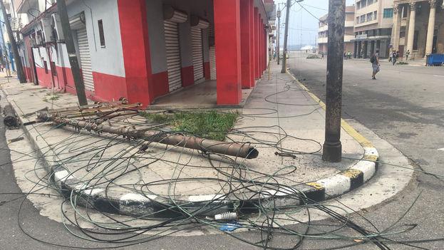 En La Habana el huracán Irma ha comenzado a provocar los primeros daños con caída de postes eléctricos y ramas de árboles arrancadas. (14ymedio)